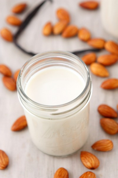 Homemade Almond Milk | thekitchenpaper.com