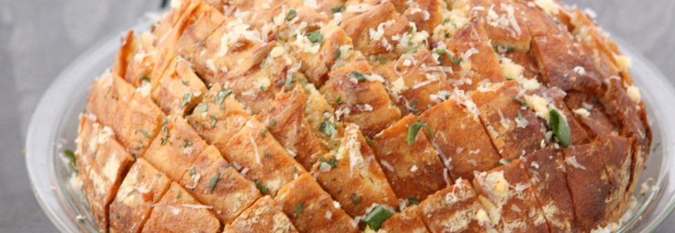Cheesy Garlic Herb Pull-Apart Bread | thekitchenpaper.com