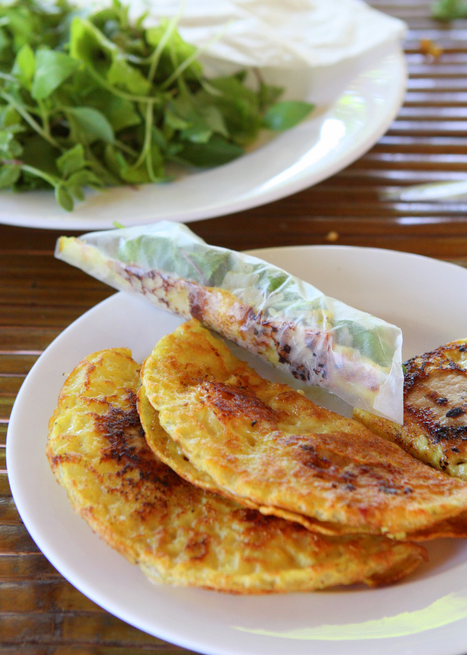 Bánh Xèo: Sizzling Rice Pancake with Pork and Shrimp | thekitchenpaper.com