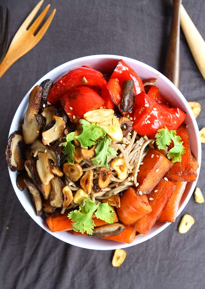 Sesame Soy Soba Noodles with Blackened Veggies and Garlic Chips | thekitchenpaper.com