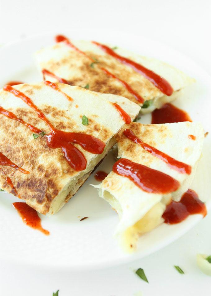 White Cheddar & Peas Macaroni & Cheese Quesadilla | thekitchenpaper.com