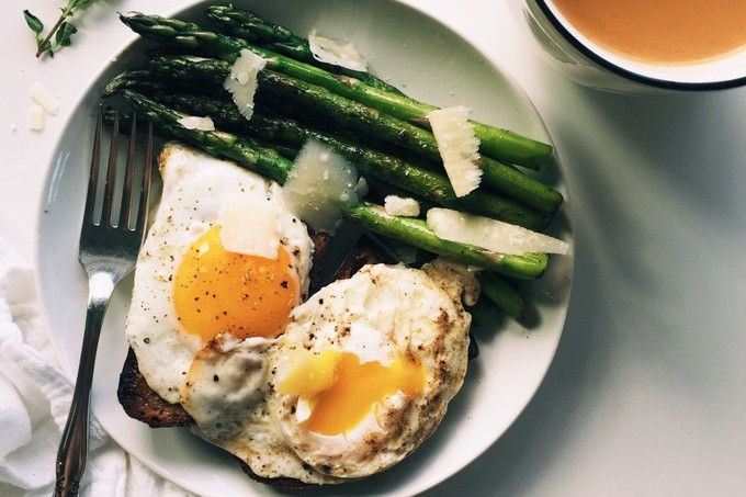 Simple Asparagus & Eggs on Toast Breakfast | thekitchenpaper.com