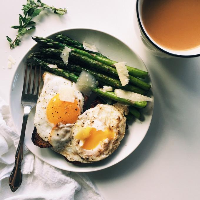 Simple Asparagus & Eggs on Toast Breakfast | thekitchenpaper.com
