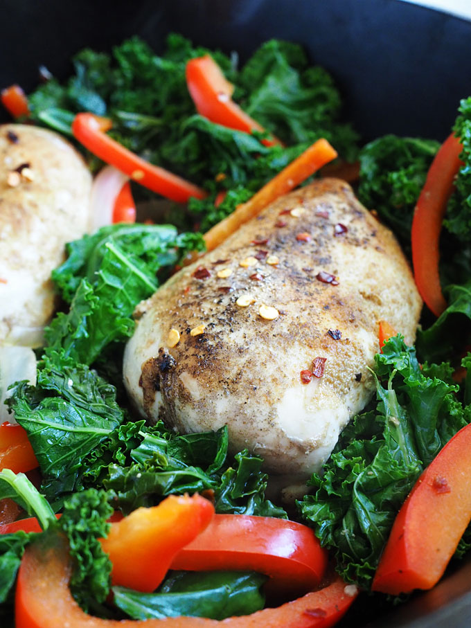 Kale Bell Pepper Chicken with White Wine and Garlic | thekitchenpaper.com